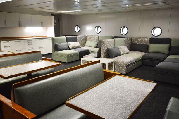 Asiakkaiden lounge on moderni ja viihtyisä.