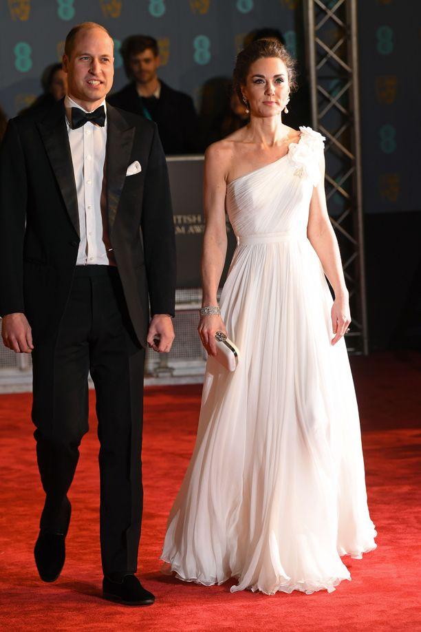 Prinssi William ja herttuatar Catherine kuuluvat illan odotetuimpiin vieraisiin.