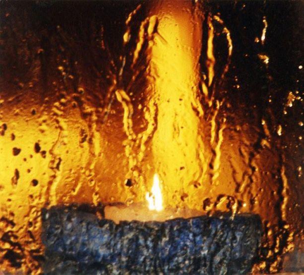 Kynttilä saunatuvan ikkunalla.