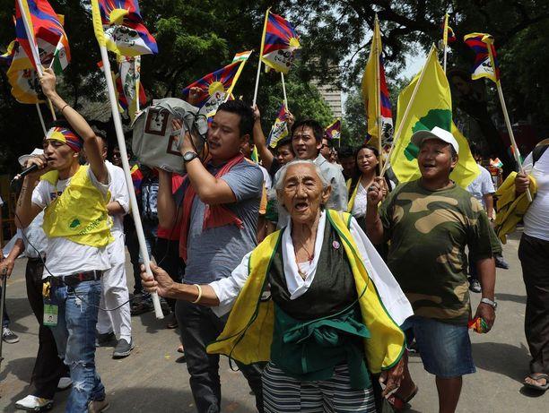 Maanpaossa Intiassa asuvat tiibetiläiset protestoivat Kiinan toimia vastaan New Delhissä viime viikolla.