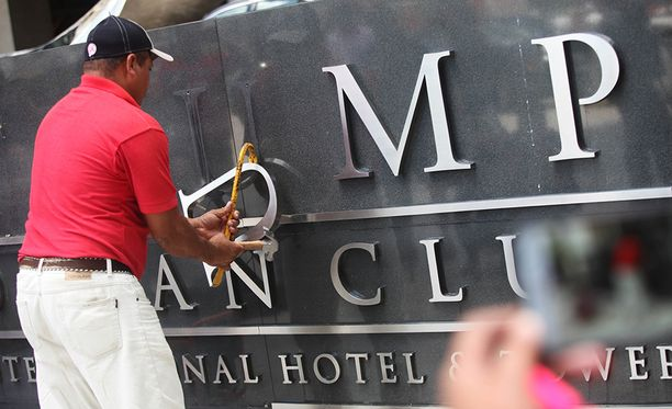 Trumpin nimi revittiin pois hotellin julkisivusta. Enemmistöomistajan mukaan yhteys Trumpiin karkotti asiakkaat.