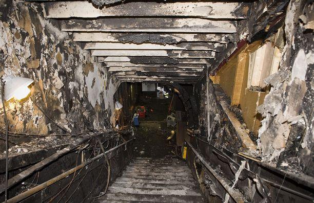 Pizzarian yläpuolella olevan Love Hotelin portaat tuhoutuivat tulipalossa.