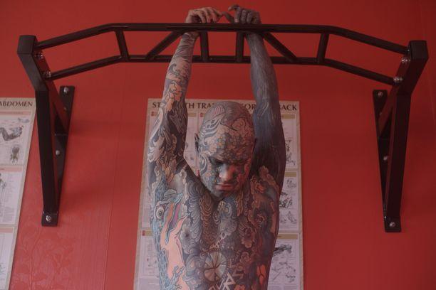 Jokaisen kuvan Helaine on valinnut tarkkaan. Häneltä löytyy tatuointeja myös suun sisältä.