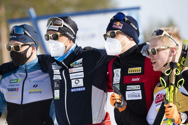 Joonas Sarkkinen (vas.), Perttu Hyvärinen, Iivo Niskanen ja Petteri Koivisto vetivät reteesti kultaiset aurinkolasit päähän.