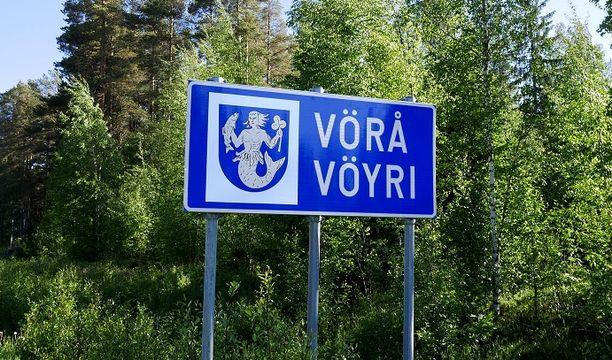 Vöyri lukeutuu niihin Suomen kuntiin, joilla on sekä suomen- että ruotsinkielinen nimi ja joissa enemmistökieli on ruotsi.