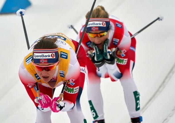 Norjan Ingvild Östberg (edessä) ja Therese Johaug pelasivat pöyhkeää tallipeliä Kanadassa.