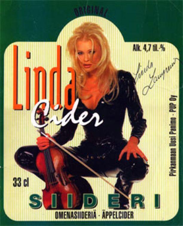 Linda Lampenius kertoo Helsingin Sanomien tuoreessa artikkelissa, että Linda-siidereistä saadut varat elättivät hänet Yhdysvalloissa. Kuuluisan kuvan on ottanut Enrico Serin.