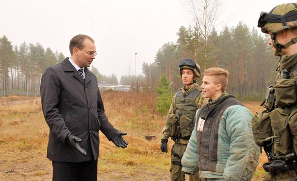 Puolustusministeri Niinistö tutustui sotakoirakoulutukseen vuonna 2015.