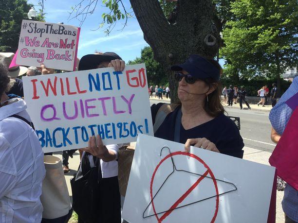 """""""En aio palata vaitonaisena takaisin 1950-luvulle"""", yksi mielenosoittaja kertoo."""