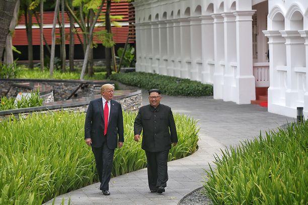 Trump ja Kim kävivät nopeasti kameroiden edessä lounastettuaan.