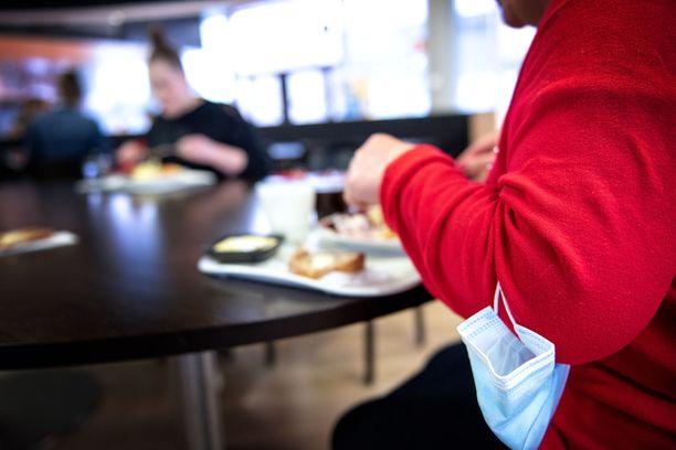 Ravintolaruokailun saa unohtaa suuressa osassa Suomessa lähiviikkoina. Sulkeminen ei koske henkilöstöravintoloita.