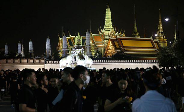 Ihmiset ovat kokoontuneet suremaan Grand Palacen eteen Bangkokissa.