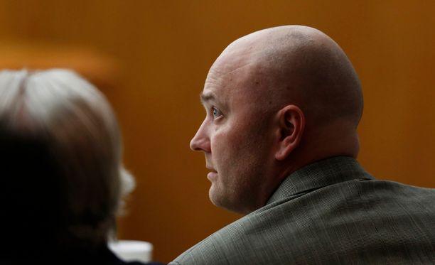 Roy Oliver oikeudessa kuulemassa tuomionsa pituutta Dallasissa. Hänet erotettiin poliisivoimista ampumistapauksen jälkeen.