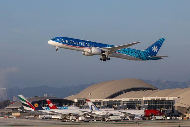 Kuvituskuva Air Tahiti Nui -lentoyhtiön koneesta nousemassa välilaskulta Los Angelesin lentoasemalta.