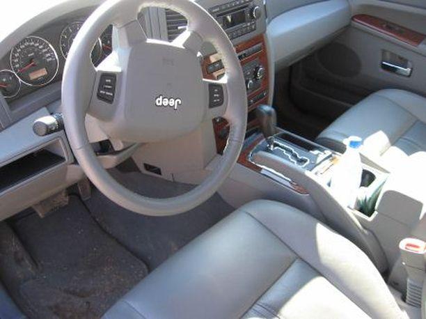 Jeepin kytkimistä löytyy ajotietokoneen lisäksi muun muassa polkimien sähkösäätö.