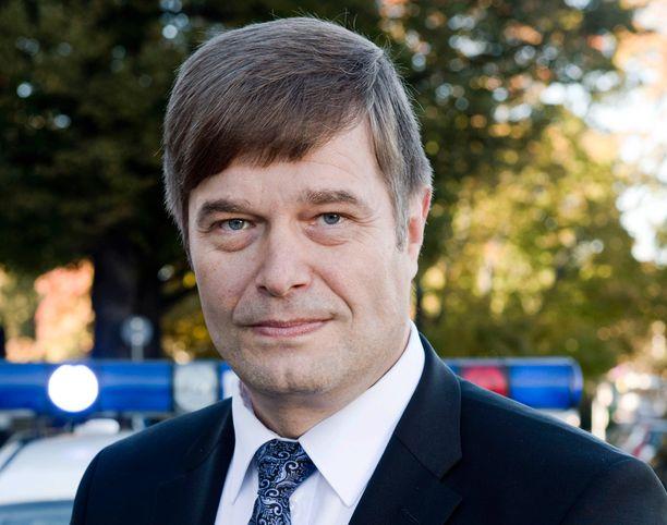 Poliisikansanedustaja Kari Tolvanen korostaa avoimuuden merkitystä nykypäivän viestinnässä.