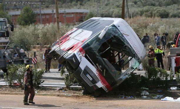 Opiskelijoita kuljettanut bussi törmäsi autoon A7-moottoritiellä tuhoisin seurauksin.