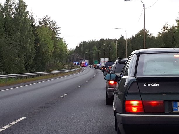Liikenne ruuhkautui onnettomuuspaikan lähistöllä sunnuntaina 26. elokuuta.