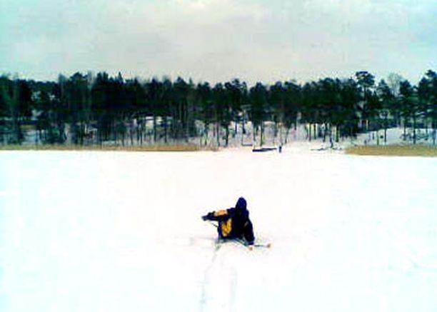 """Pikku-hiihtäjän kolmas """"harakka"""" Espoonlahden hangilla."""