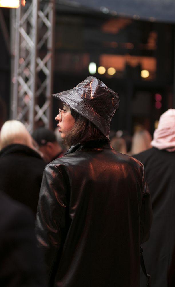 PVC-muovilla päällystetty hattu suojaa hiukset sateelta, ja sen ruskean version voi matchata (teko)nahkatakin kanssa.