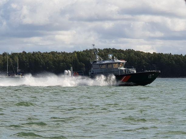 Merivartioston partiovene ajoi plaanissa Turun saaristossa sunnuntaina.