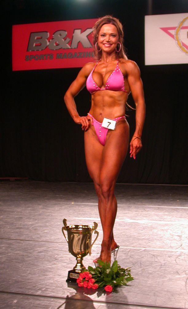 Tuore fitnessin Suomen mestari poseerasi pokaalinsa kanssa.