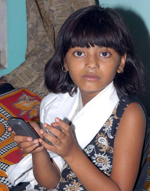 Rubina odotteli maanantaina mumbailaisella poliisiasemalla isänsä kuulustelujen päättymistä.