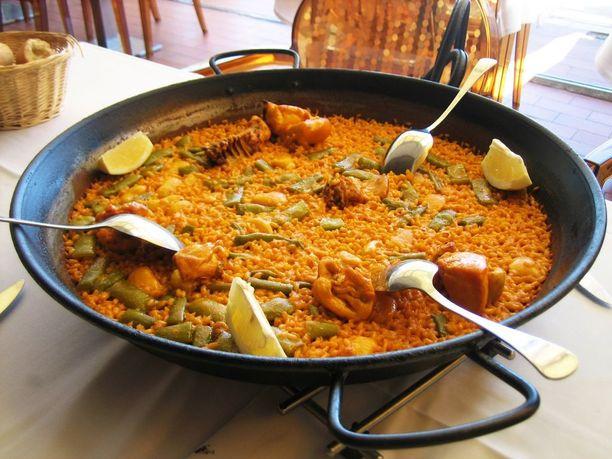 Perinteisessä valencialaisessa paellassa on kanaa ja kania.