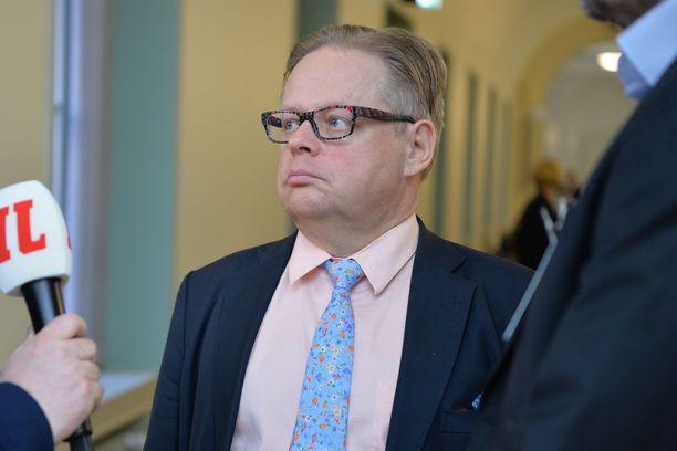 Juhana Vartiainen uskoo, että SDP:n ja kokoomuksen yhteistyö voisi onnistua. Hän arveli, että hallitusneuvotteluissa puhutaan eri tavalla kuin vaalikampanjoissa ja julkisuudessa.