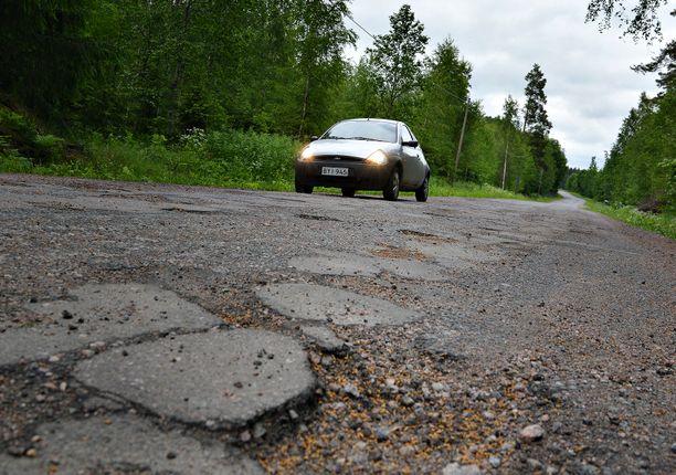 Suomesta löytyy lukuisia huonokuntoisia maanteitä, jotka on aikanaan muutettu soratiestä asvalttipintaiseksi. Nyt näitä teitä uhkaa palauttaminen sorapintaiseksi.