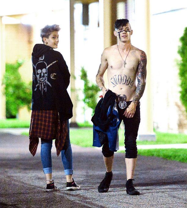Michael Snoddy on ottanut useita tatuointeja. Kasvomaali on osa lavashowta.