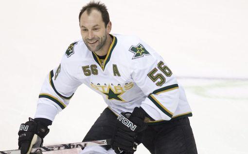 Tupakkaa estoitta sauhutellut Venäjän tähti pelasi hirmuminuutteja NHL:ssä - epävirallinen teräsmiesennätys on päätähuimaava