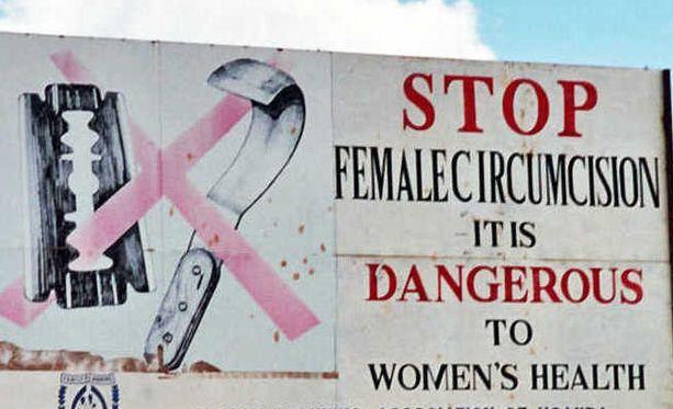 Naisten ympärileikkaus on laajalle levinnyt tapa Afrikassa. Kyltti on kuvattu Ugandassa.