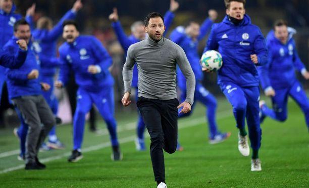 Päävalmentaja Domenico Tedesco mukaan lukien koko Schalken vaihtopenkki repesi riemuun 4-4-tasoitusmaalin jälkeen.