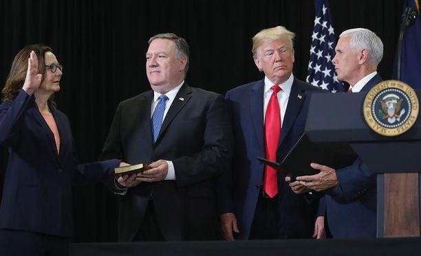 CIA:n tuore johtaja Gina Haspel vannoi maanantaina virkavalansa edeltäjänsä Mike Pompeon, Donald Trumpin ja Mike Pencen läsnäollessa.
