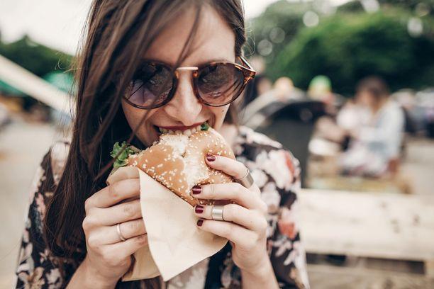 Ruoan syöminen käsin voi saada ruoan muuttumaan houkuttelevammaksi, todetaan tutkimuksessa.