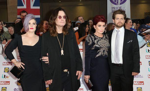 2000-luvun alkupuoliskon kohutuin tv-perhe näytti näin tyylikkäältä vuonna 2015. Vasemmalta Kelly, Ozzy, Sharon ja Jack Osbourne. Ozzy ja Sharon olivat hiljattain erota, mutta ilmeisesti vanha pariskunta on selvittänyt ongelmansa ja päättänyt pitää yhtä.