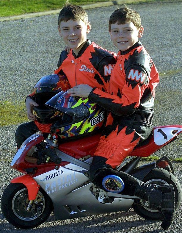 Jopa 8-vuotiaan Samin (istumassa) ja 13-vuotiaan Stevien Neatin käsissä minimoto näyttää pieneltä. Kilpakäytössä moto on oikeassa elementissään.