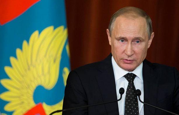 Vladimir Putin seuraa herkeämättä Naton huippukokousta.