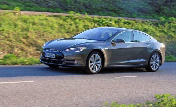 Iso Tesla on kaunislinjainen joskin hieman huomaamattoman näköinen urheiluauto tien päällä.