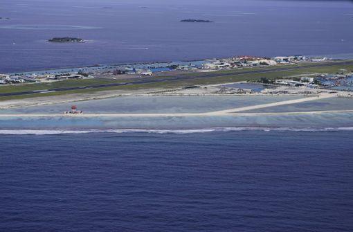 Malediiveillä sijaitsevaa lentoasemaa ympäröi vesi.