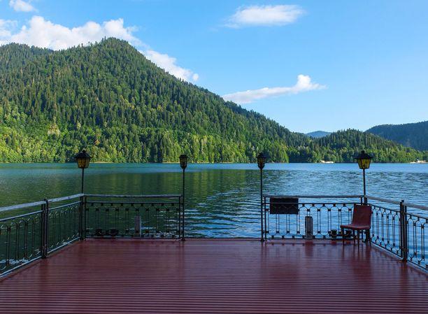 Stalinin entinen loma-asunto sijaitsee kauniissa järvimaisemissa.