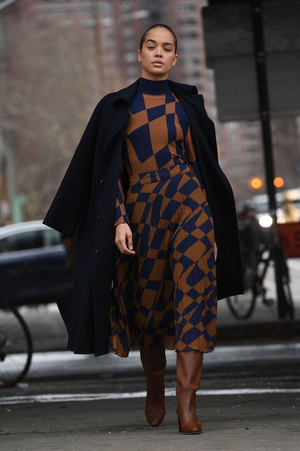 Samaa värimaailmaa päästä varpaisiin - pitkät saappaat ja korkeakauluksinen mekko tekevät siluetista upean.
