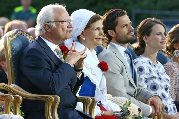 Kaarle XVI Kustaa vierellään kuningatar Silvia. Kolmas oikealta prinssi Carl Philip, jonka vierellä prinsessa Sofia.