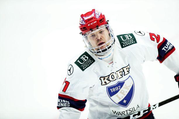 Ville Leskinen  vaihtaa HIFK:n pelipaidan Kärppien peliasuun.