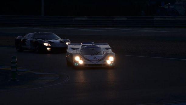 Porsche 917 K ja Ford GT 40. Yön hiljaisuuden rikkoo ikonisten urheiluautojen moottorin soitto. Porsche 917 on noin 10 miljoonan euron auto.