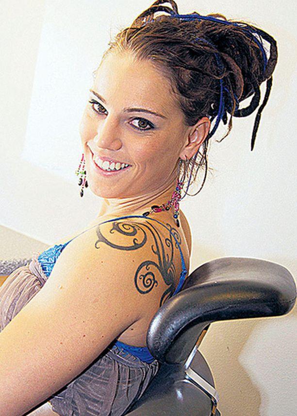 TRIBAALI Nyrkkeilijä Eva Wahlströmillä on monien suosima tribaalikuviointi olkapäässään. Linnan juhlissa tatuointi oli koristeltu keltaisin lasihelmin.