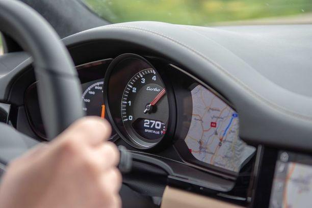 Vapaiden nopeuksien autobaanalla voi kellottaa hurjat lukemat ruutuun.