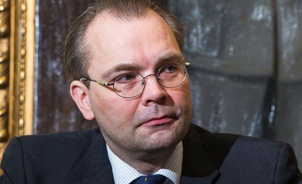 Puolustusministeri Jussi Niinistö myöntää, että valtiotyönantajan on vaikea menestyä palkkakisassa kaupallisia lentoyhtiöitä vastaan.