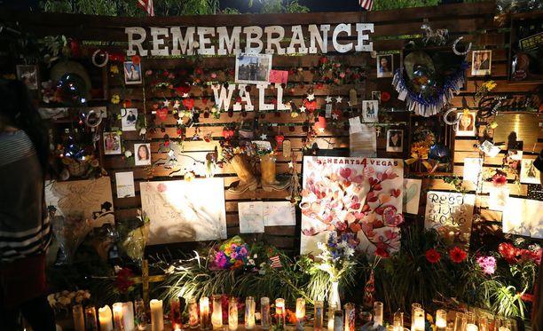 Las Vegasiin on rakennettu muistoseinä joukkomurhan uhrien muistoksi.